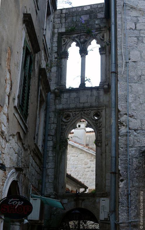 Воспоминания о Венеции. Просто арка между двумя домами в темном закоулке, за которым - тупик. Невероятная красота и изящество.