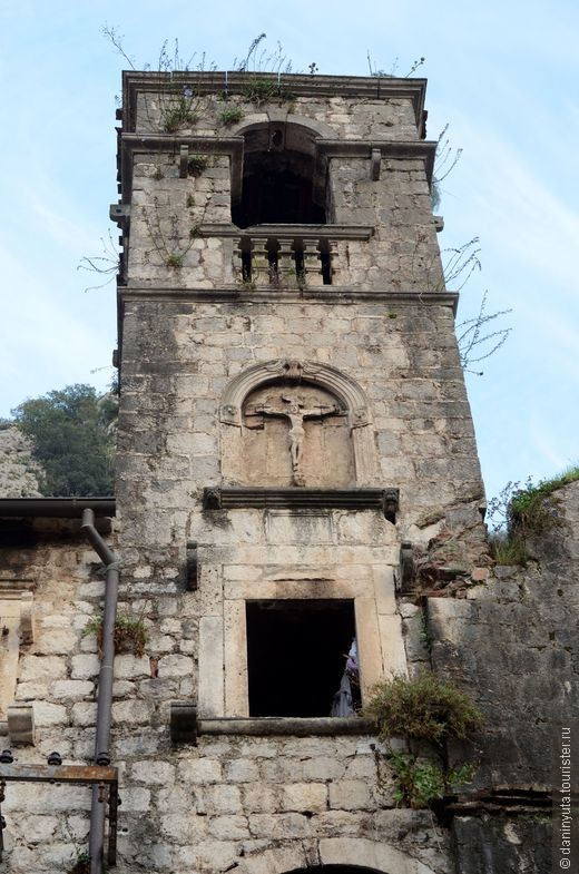А вот эти остатки францисканского монастыря можно заметить, только если не забывать, что в Которе надо постоянно задирать голову и смотреть на узких улочках вверх - иначе многое можно пропустить.  По дороге к Южным воротам города.