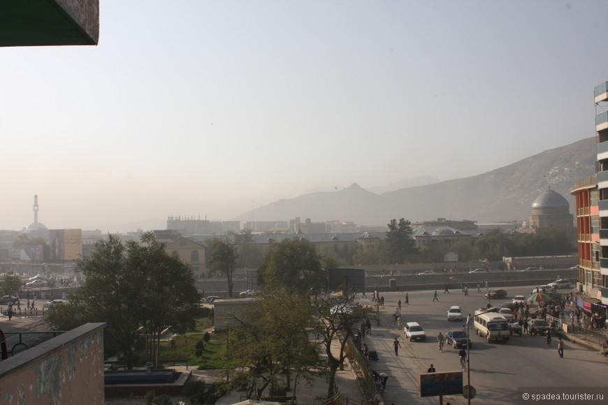 Из окна гостиницы вид на реку Кабул и рынок
