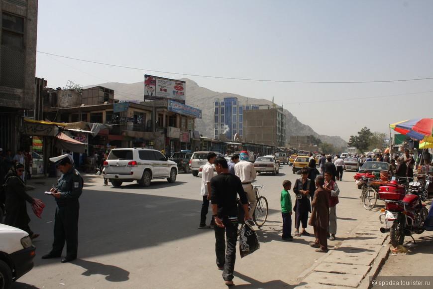 """Главная улица, больше похожая на бульвар, как нам сначала показалось. Видимо, из-за пешеходов на проезжей части. Позднее выяснилось, что в Кабуле почти одни только """"бульвары"""""""
