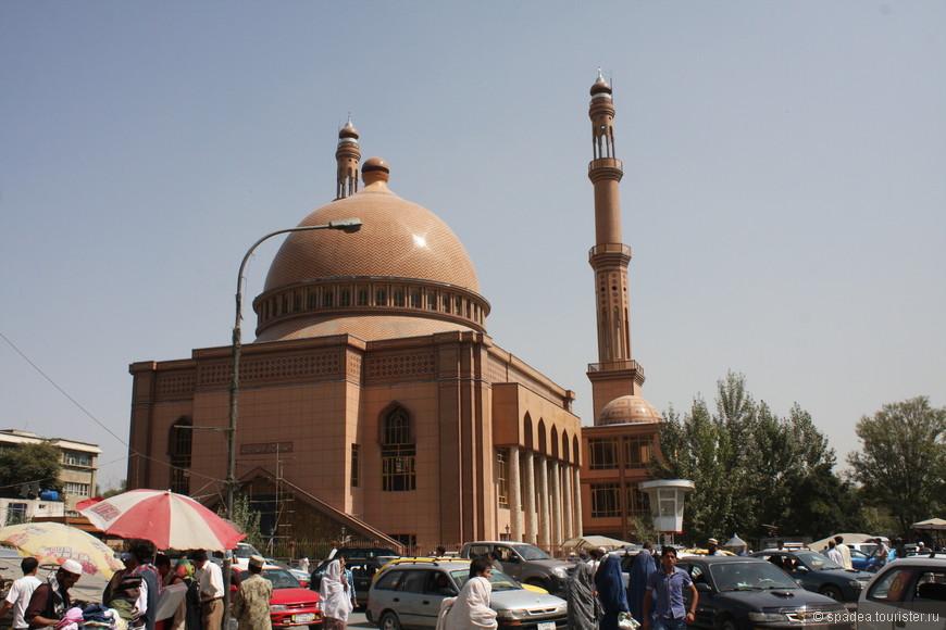 Новая мечеть. Говорят, в ней есть отдельный зал для женщин. Теперь им больше не придётся ходить молиться только раз в неделю.