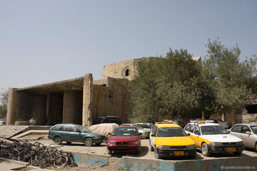 Советский Дом Культуры. Афганцы показывают это место с большой гордостью. Я так и не поняла, почему.