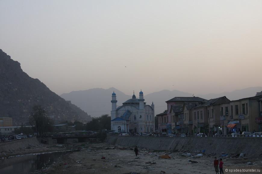 Пересохшая река Кабул. На заднем плане необычного вида мечеть.
