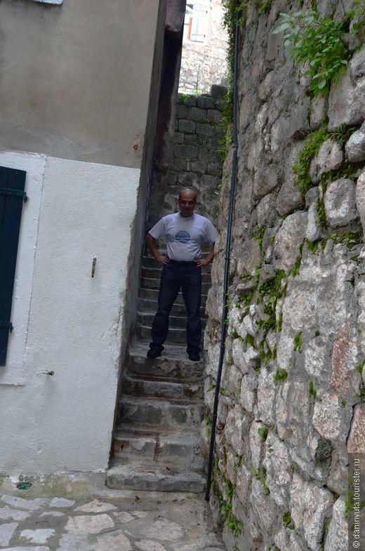 В путеводителе сказано, что в Которе есть самая узкая в Черногории улочка. Долго искали. Надеемя, что нашли. Уже в последний день. За несколько часов до вылета))