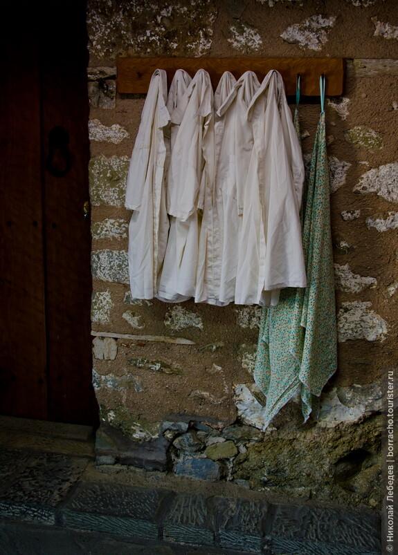 Но можно и бесплатно взять, внутри. Вход в монастыри - по 2 или 3 евро.