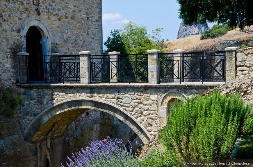 К монастырям можно пройти по мостам...