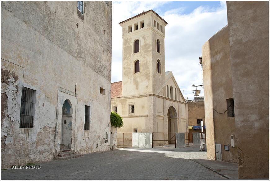 По внешнему виду этого строения сразу становится ясна его этническая принадлежность. Португальцы постарались...