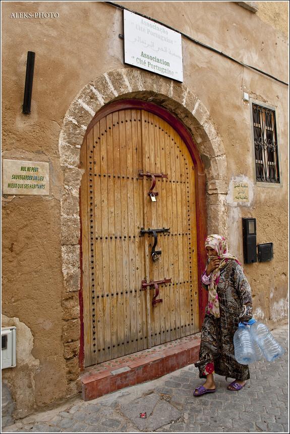 Интересные замки на дверях. Дверные ручки, вообще - отдельная интересная тема в марокканских городах.