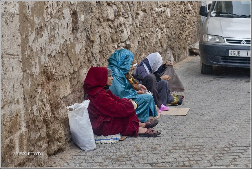 У них, как и в любой другой стране, всегда находятся желающие посидеть полалакать у стен мечетей...