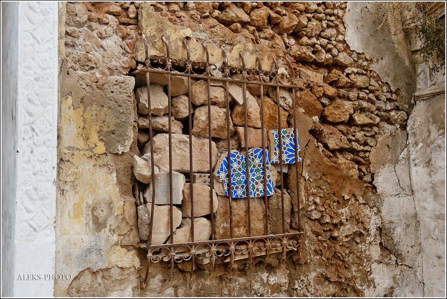 То, что нельзя восстановить, марокканцы консервируют вот таким способом. Вроде живописно...