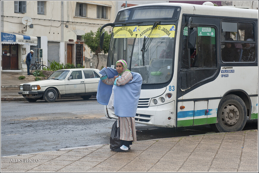 Марокканские женщины любят всякие утепляющие накидки. Мы были в путешествии по стране в мае месяце. И хоть в стране не бывает холодно никогда. Но из-за близости к Атлантическому океану ветра здесь дуют часто пронизывающие. И штормит... Но в Эль-Джадиде, судя по описаниям, хороший климат. Не даром, французы прозвали город  - вторым Довилем...