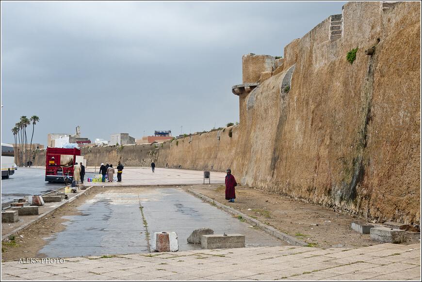 Мы обошли всю крепостную часть по периметру. Каждая сторона - триста метров длинной. А вот здесь слева - стоит специальная машина, из которой марокканцы покупают в больших емкостях мыло. В одной из следующих заметок будет кадр крупным планом. Это меня удивило...