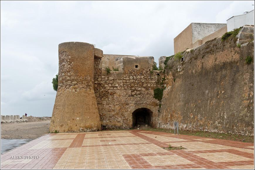 """Португальцы, когда покидали крепость, взорвали ее часть. Чуть позже марокканцы ее достраивали. Но все-таки она выжила и ее охраняет ЮНЕСКО. В следующей части мы по ней прогуляемся. """"Марокканский Вояж"""" продолжается..."""
