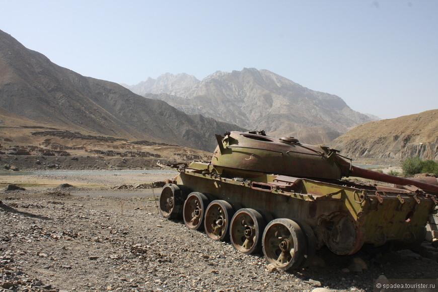 Здесь, на подъезде к ущелью, особенно много танков и прочей военной техники. Сразу видно - зона активных боевых действий.