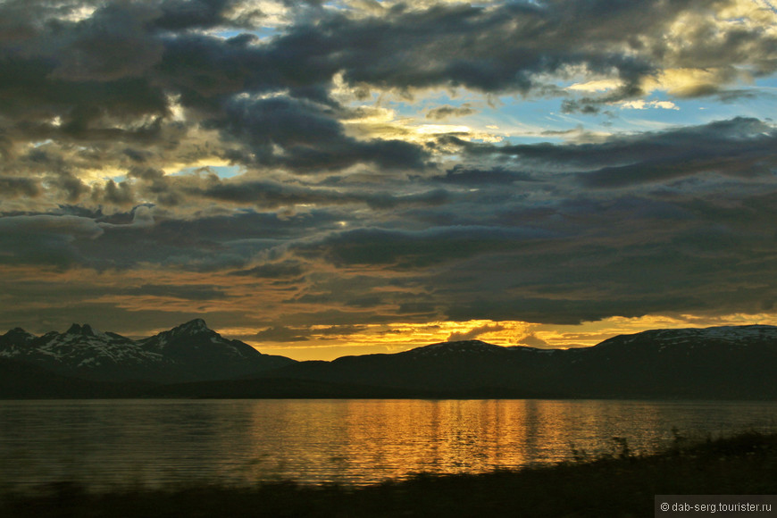Полночное солнце присело в горах