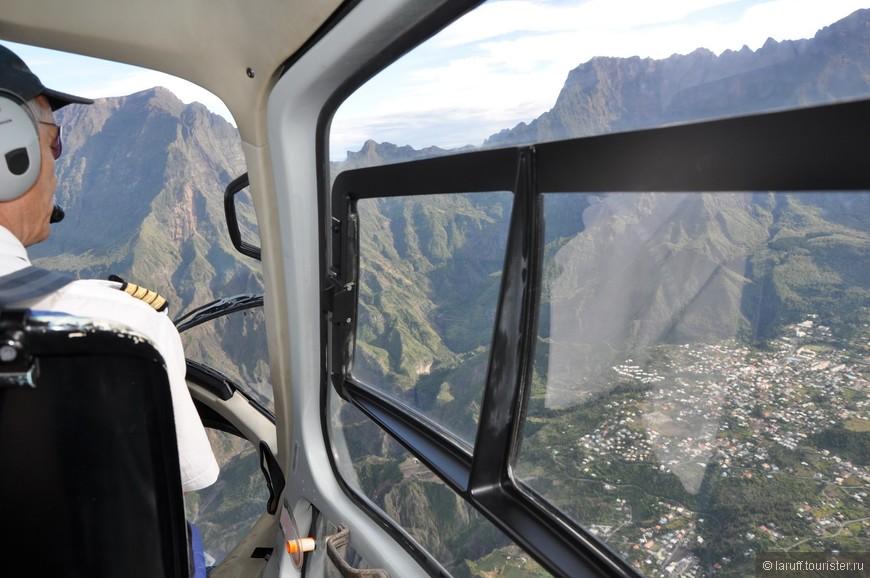 Полет над центральной частью острова. Внизу - одна из деревень, куда можно добраться только с помошью вертолета. Местные жители, разумеется, не платят за перелеты дикие тыщи. Добрый дедушка Саркози субсидирует остров и полет стоит как поездка на маршрутке.