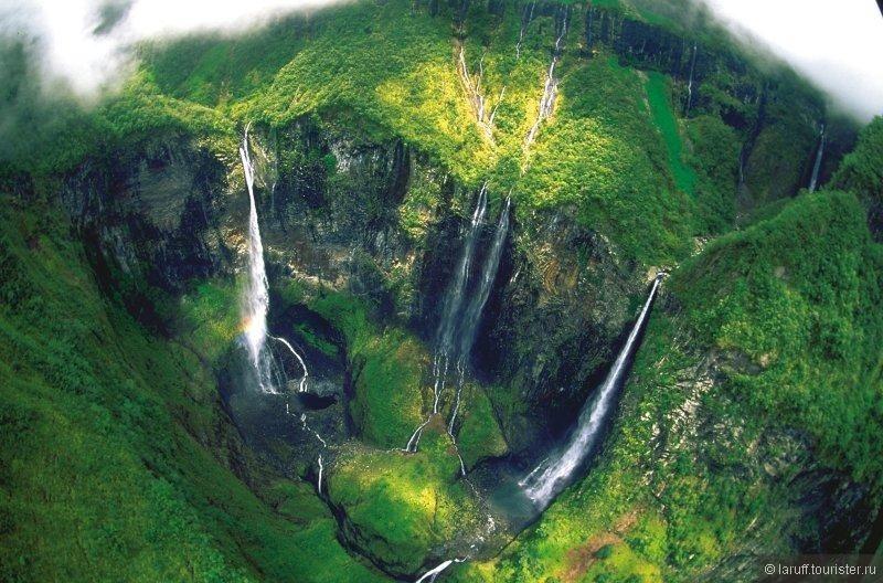 Гордость острова Реюньон - водопады Trou de Fer. Вот тут дяденька на вертолете давал жару как в хорошем голливудском фильме. http://www.youtube.com/watch?v=n1mz66oicog