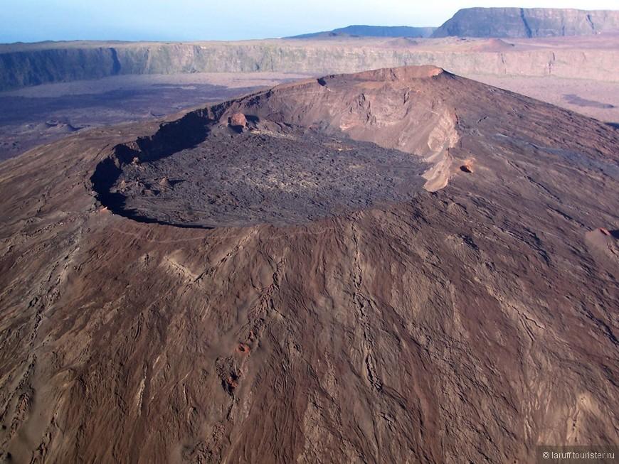 Кратер того самого вулкана Питон-де-ла-Фурнез... За последние три столетия он извергался 150 раз, причем последнее извержение произошло в январе прошлого года. Реюнионцы на него давно забили и просто не живут с этой стороны острова.