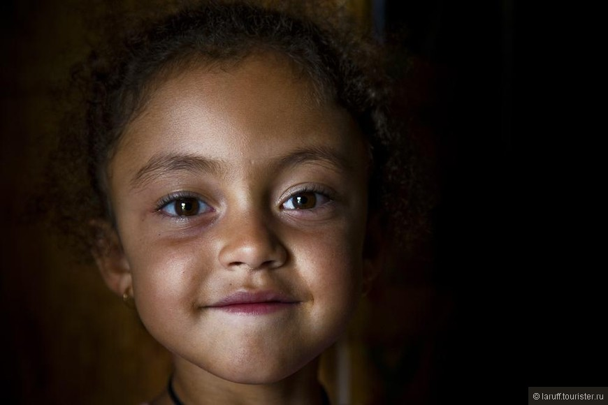 Половина населения Реюньона - креолы, четверть - белые французы, плюс китайцы, индусы, черные африканцы и много кто еще. Результат смешения красок в основном получается очень симпатичным)
