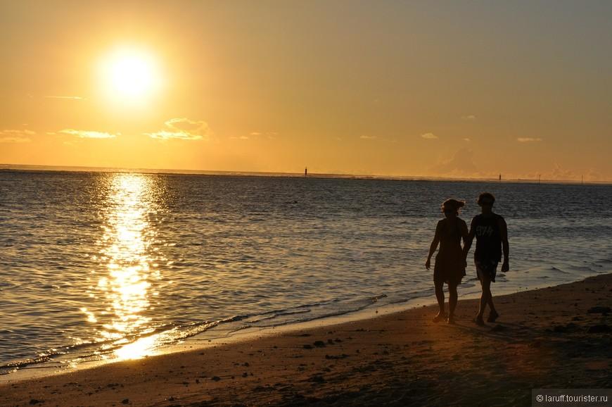 Раз пляж на западном побережье, то и романтический закат проживает на этой же улице)) Реюньонцы и гости острова с 17-00 по 18-30 любят прогуливаться по пляжу держась за (под) руки.
