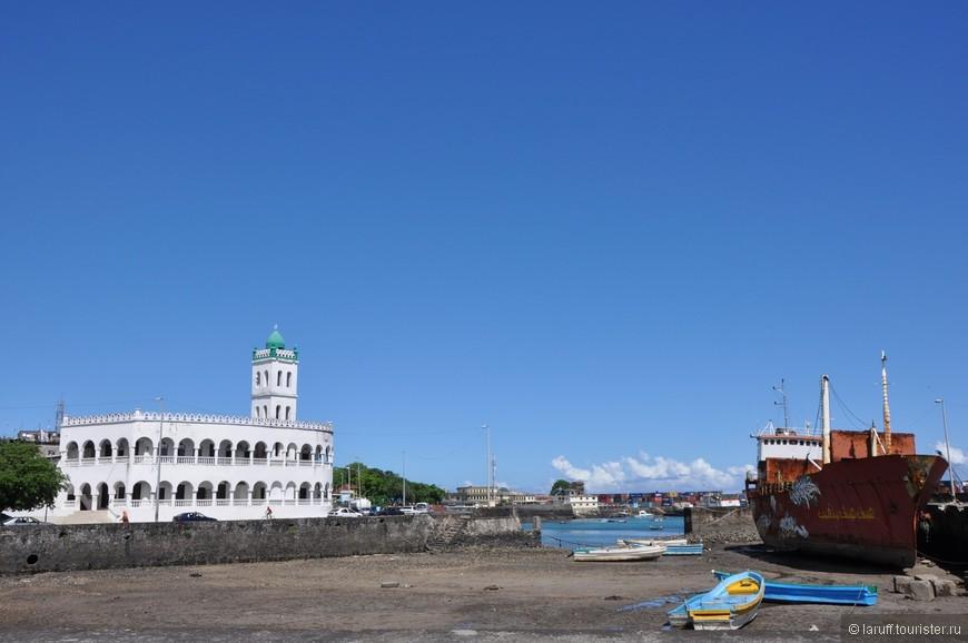 Знаменитая Пятничная мечеть - главная достопримечательность столицы Комор Морони. Лодки стоят на земле стоят не просто так. Гид заявил что во время прилива воды хватает даже на то, чтобы уплыл ржавый контейнеровоз. Судя по его виду он давно это не делал.