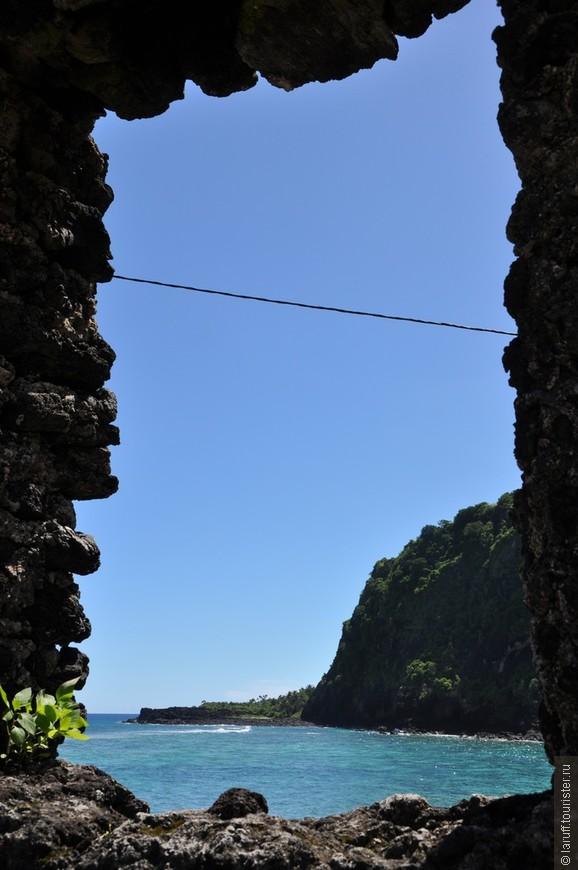 На заднем плане гора, на которой 750 коморских женщин по легенде пытались укрыться от пиратов, которые в XVIII веке частенько заимствовали на Коморах рабов. Пираты нашли дорогу к вершине горы, однако гордые коморчанки предпочли рабству смерть.