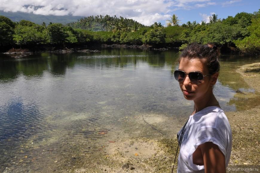 Священное озеро недалеко от деревни Икони. Местные жители верят в вуду: когда кто то заболевает, они приносят в жертву домашнее животное, делают на воде из этого озера пирог, и скармливают его плавающим в озере рыбам.