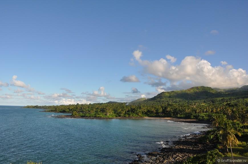 Главный остров Коморских островов Нгазиджа радует глаз беспроигрышным сочетанием тропической зелени, чернющих вулканических камней и лазурной воды. Дороги на острове практически отсутствуют. Зато есть много ям. Прямо как в России.