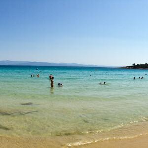 Людей здесь тоже немало, но пляж значительно лучше.