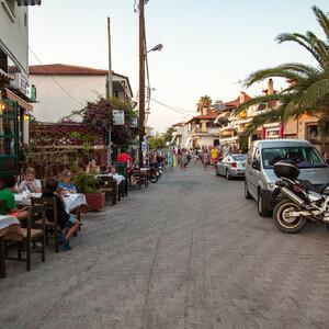 Типичная улочка с кафешками, ведущая к морю.