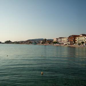 Взгляд с пирса налево. На этой части побережья сосредоточены все основные развлечения и ресторанчики.