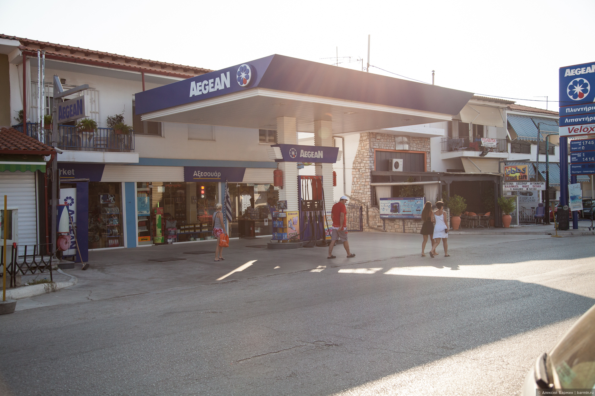 На всех греческих заправках есть заправщик, который заправит автомобиль и примет деньги за топливо, Пефкохори