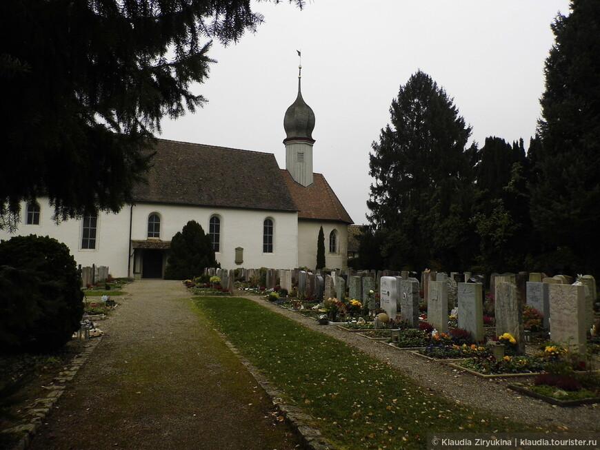 Крепостная церковь и кладбище.
