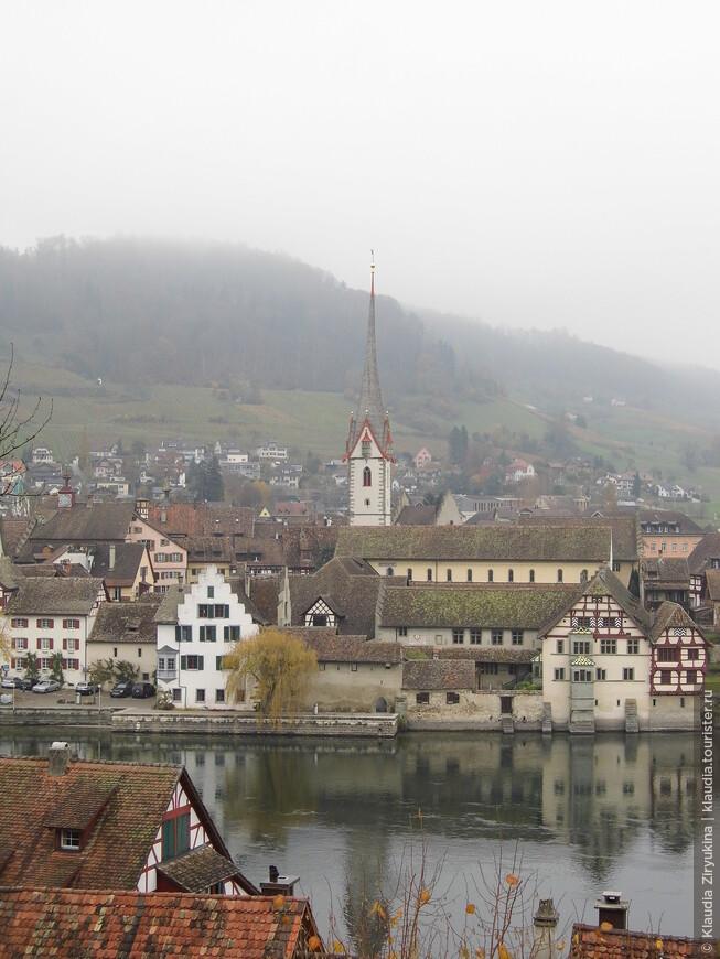 Возле реки было ясно, а город предстал в дымке, как в сказке.