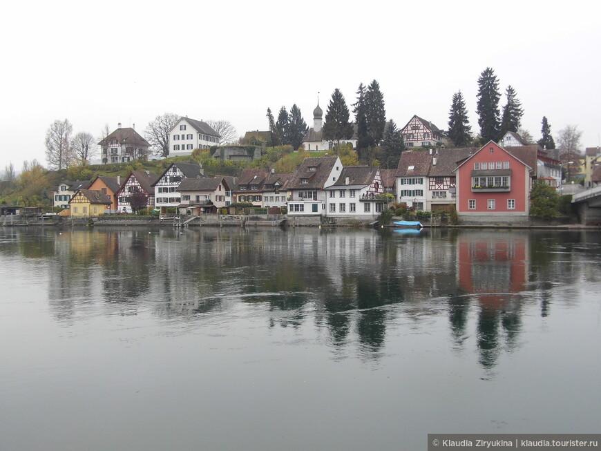 Рейн в этом месте вытекает из Боденского озера.