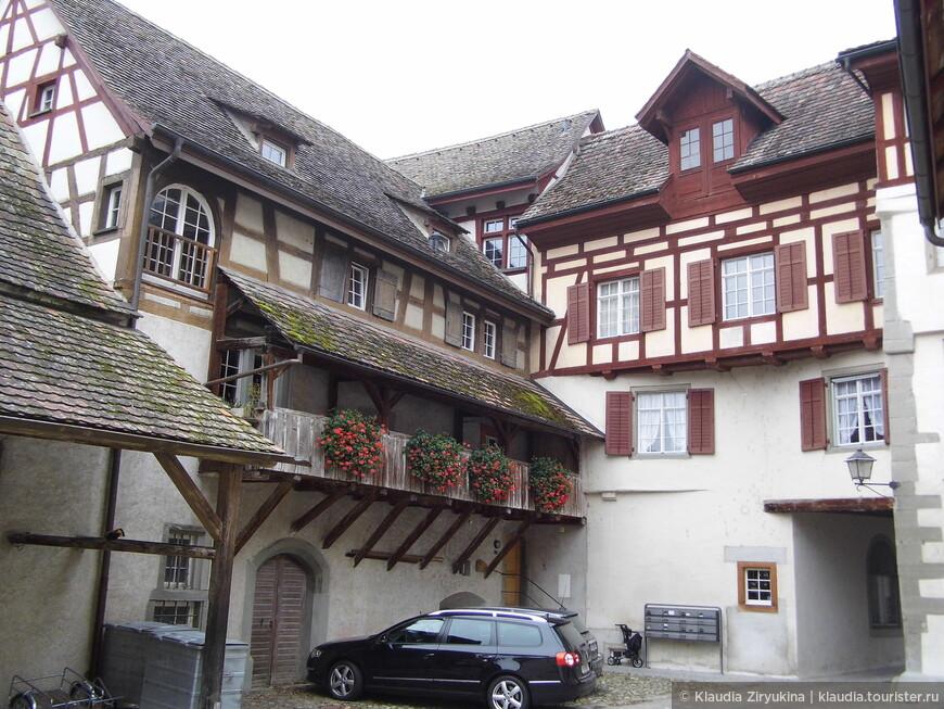 Внутренний дворик монастыря с примыкающим жилым домом.