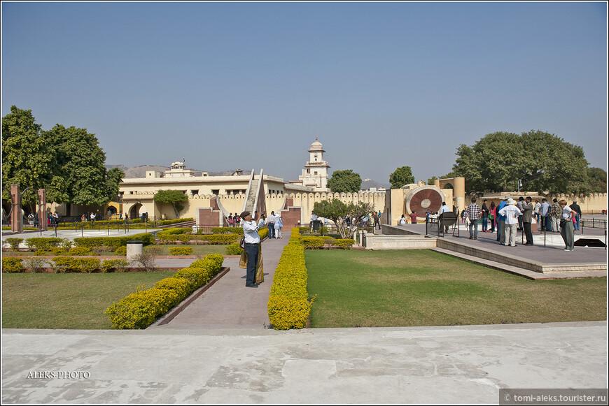 Ухоженные дорожки обсерватории. Здесь всегда много туристов. Поскольку Джайпур без боя открыл свои ворота Ост-Индской компании, в нем сохранились все уникальные объекты того времени. Что-то это мне сильно напомнило историю с Парижем, открывшим ворота Гитлеру.