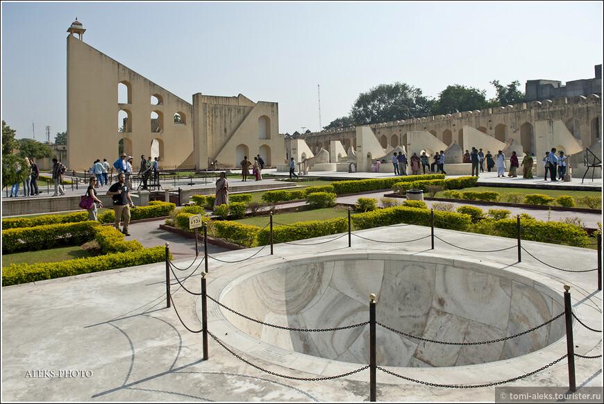 Обсерватория Джантар-Мантар — одна из древнейших в мире — строилась целых 7 лет. Магараджа Джайпура был большим ценителем точных наук и окружал себя учеными.