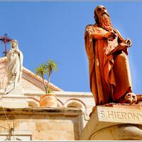 Святой Жером, мы называем его Иеронимом...Здесь в  маленькой пещере он переводил Библию на латынь.