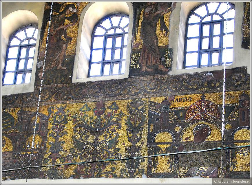 Гордость храма - мозаика 12 века, ей был украшен весь храм... На золотом фоне изображены прародители Христа и первые семь вселенских соборов...