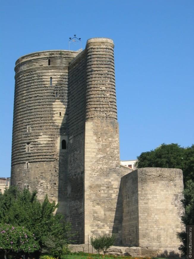 Символ Баку - Девичья башня, построенная так давно, что никто не помнит когда это было. Говорят злой шах решил женится на собственной дочери, и та, чтобы отвязаться от похотливого папаши прыгнула с вершины на камни. Отсюда и название.
