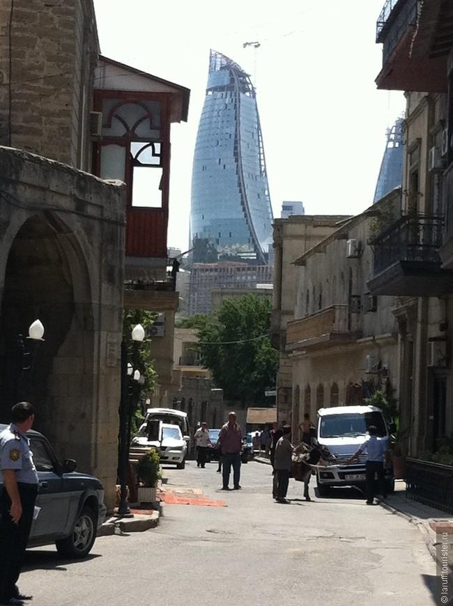 Баку - бурно развивающийся город, и его население не всегда поспевает в ногу с прогрессом. На этом фото ослик соседствует с образцом монументальной дубайской архитектуры.