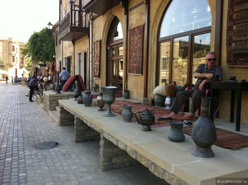 Вторую по величине после нефтедобычи отрасль народного хозяйства Азербайджана (1.5% против 98.5%) составляет торговля коврами, жестяными кувшинами и папахами. На этом фото - торговая улица столицы.