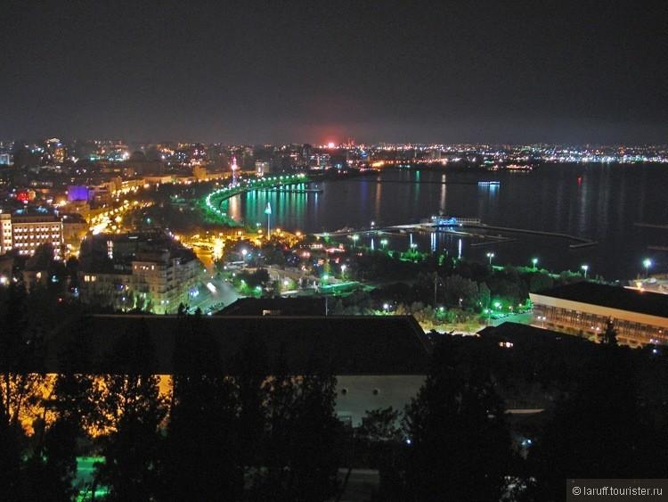 Вообще красоту азербайджанской столицы по настоящему можно оценить только ночью. Во первых ночью хоть как то можно дышать, а во вторых город действительно очень красиво освещен.