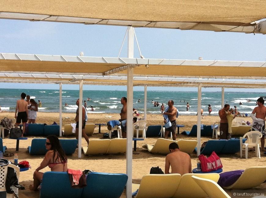 Чтобы искупаться в Каспийском море и потом не лечиться года два-три, нужно выехать на Апшеронский полуостров, километрах в 30 от Баку. Здесь располагаются многочисленные пляжные клубы, в которых отдыхают модные и продвинутые столичные жители.