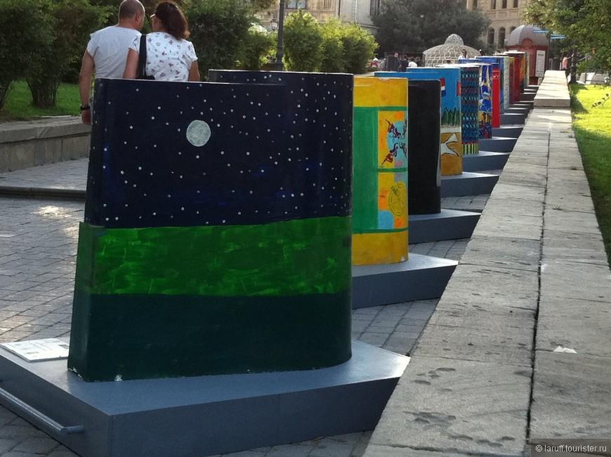 Каждый год в Баку проходит слет художников, которые разрисовывают миниатюрную Девичью башню на разные лады. Среди множества работ попадаются мягко говоря довольно концептуальные.