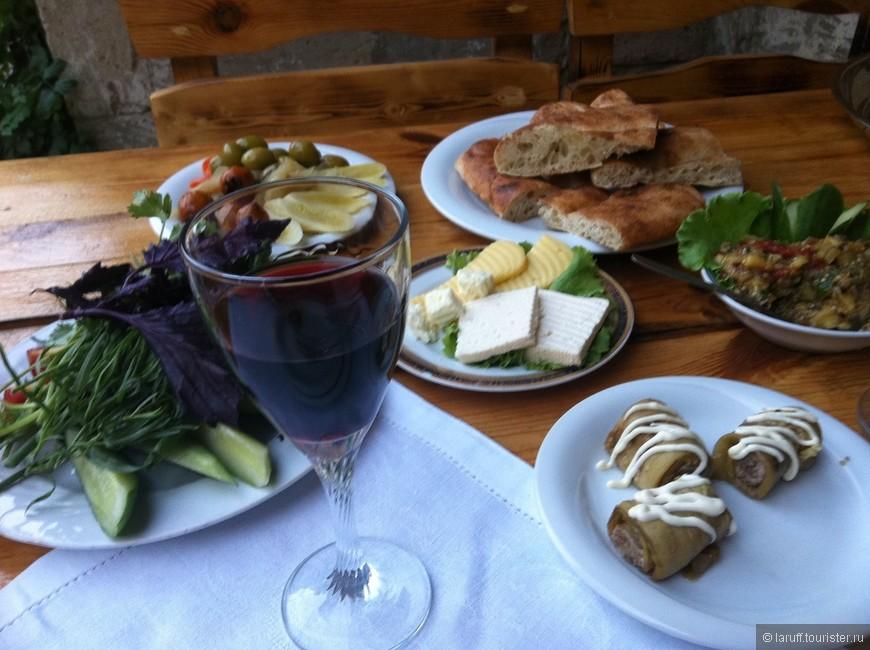 """Азербайджанская кухня - вообще отдельный разговор. В качестве примера фото """"легенькой закуски"""", которую принесли мне в ресторане """"Каравансарай"""" на второй вечер моего прибывания в Баку."""