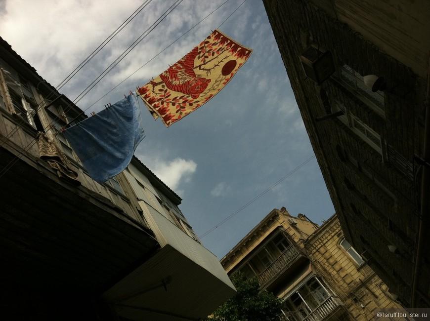 Многие дома в Старом городе Баку - деревянные и полуразрушенные. Тем не менее стоимость квадратного метра жилья именно в этом районе самая высокая - аж около 2000 долларов США.