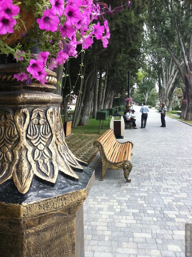 Главная артерия Баку - тянущийся вдоль Каспия 4-х километровый (в те годы) бульвар - место невероятно ухоженное и благоустроенное. Обратите внимание на скамейки и бронзовые фонарные столбы))