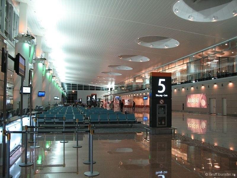"""Помимо свежего авиапарка """"Армавиа"""" Ереван может похвастаться суперсовременным международным терминалом, построенным в 2010 году. Вообще аэропорт создает обманчивое впечатление зажиточности, быстро рассеивающееся уже на парковке такси)"""